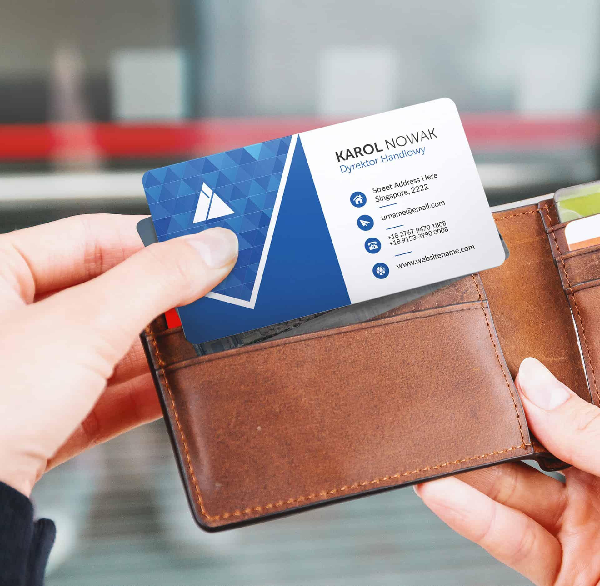 karta z blokadą wyjmowana z portfela, trzymana w ręku