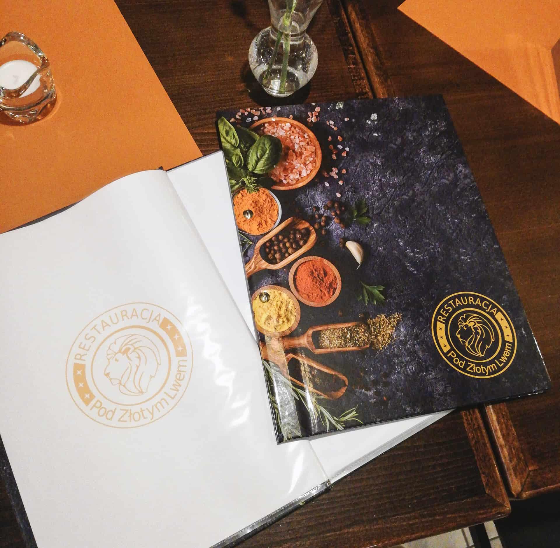Etui na menu z grafiką i logo restauracji Pod Złotym Lwem