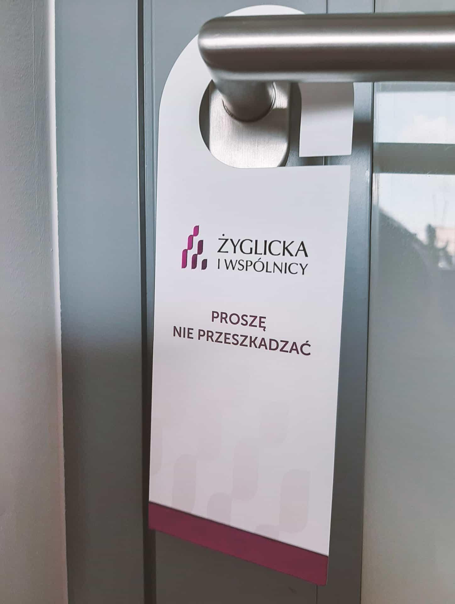 zawieszki na drzwi z logo Żyglicka i wspólnicy