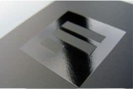 zdjęcie grubej wizytówki z lakierem UV