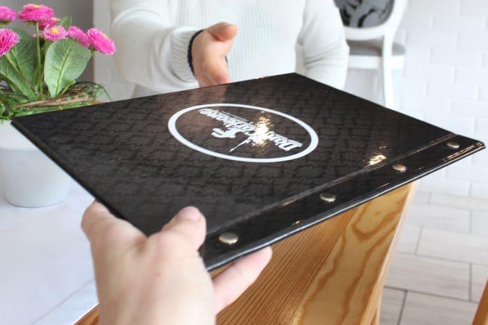 etui do menu dla restauracji z logo