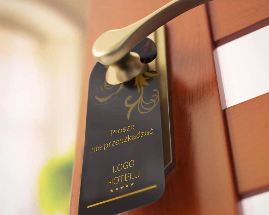 zdjecie zawieszki hotelowej na drzwi z napisem prosze nie przeszkadzac