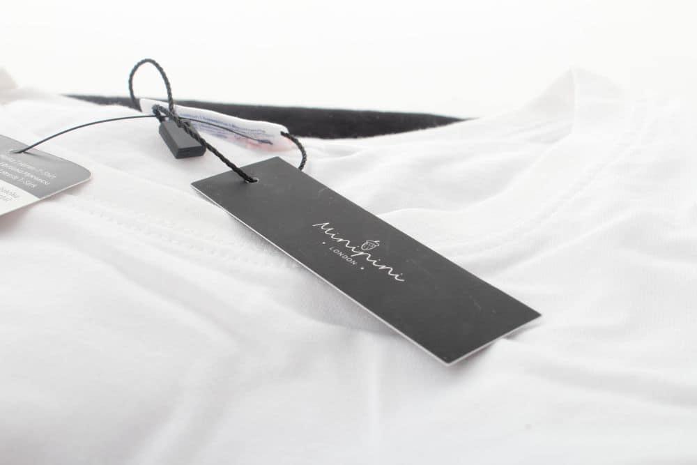 papierowa metka zawieszona na koszulce z nadrukiem minipini