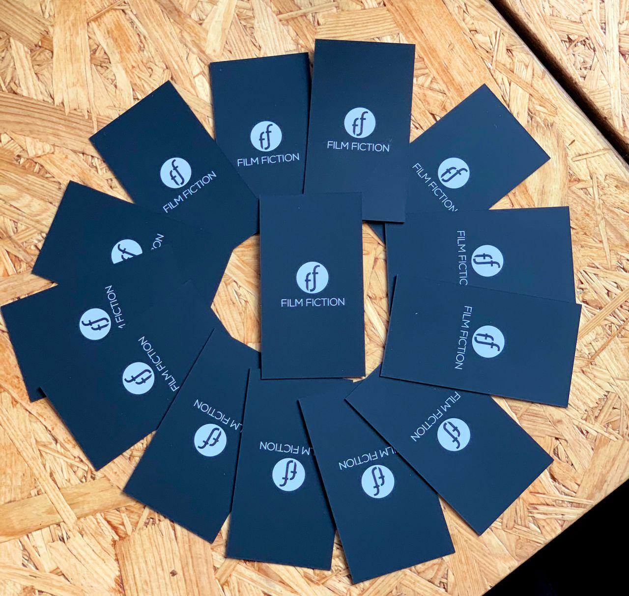 czarne barwione wizytówki z logo Film Fiction