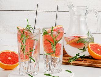 gadżety reklamowe - słomki metalowe w szklankach