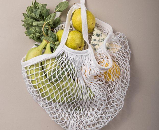 siatka na zakupy z owocami i warzywami