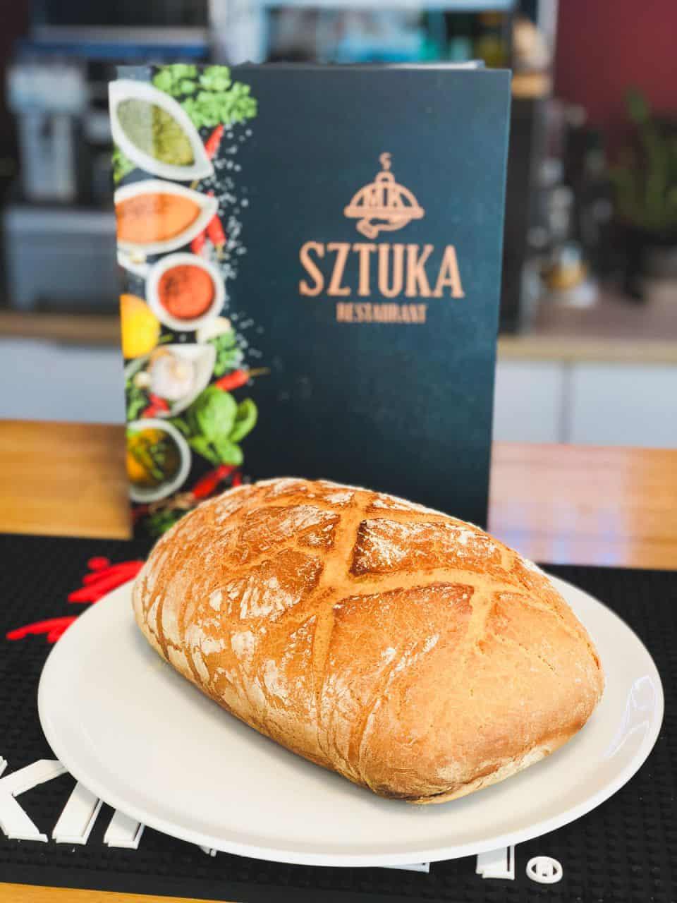 chleb na tle okładki menu restauracji Sztuka