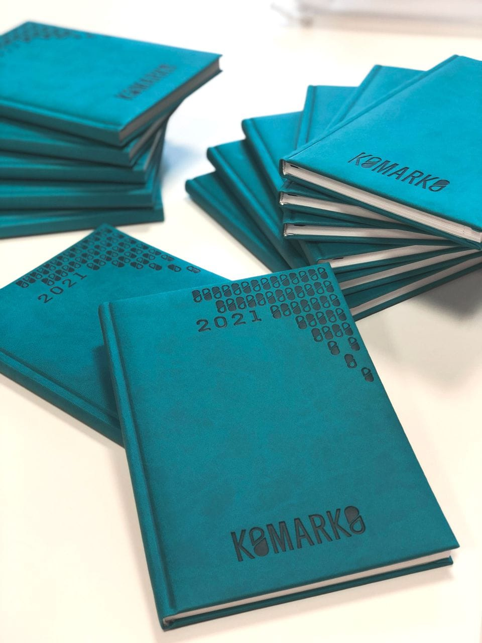 kalendarze książkowe z tłoczonym logo Komarko
