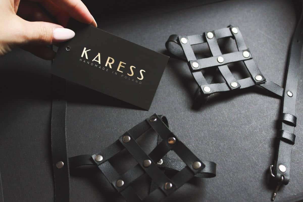 metki z logo KARESS