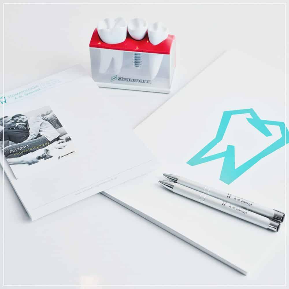 notesy, teczki i długopisy z logo Stomatologii