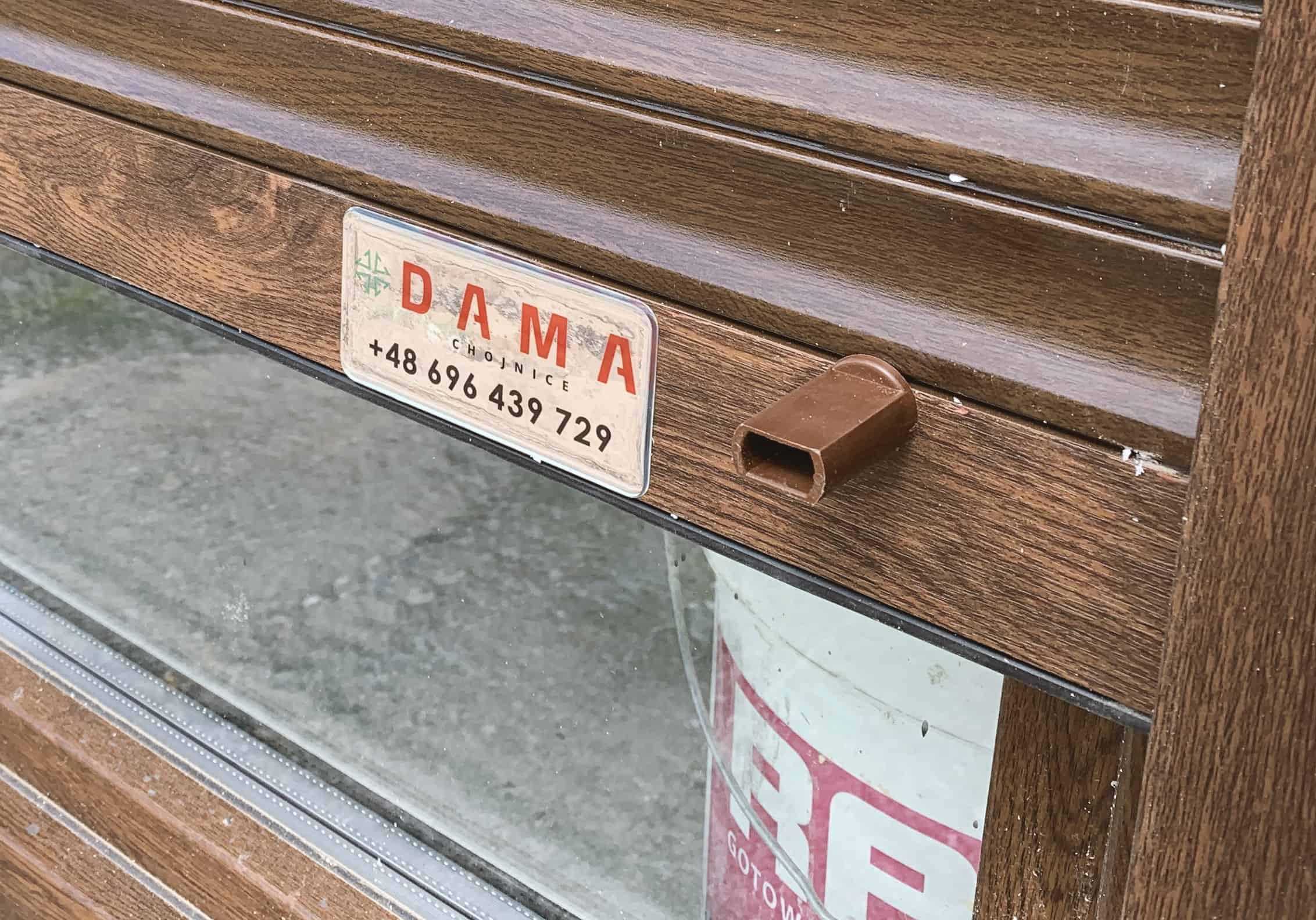 naklejki wypukłe na srebnej folii z logo DAMA Chojnice