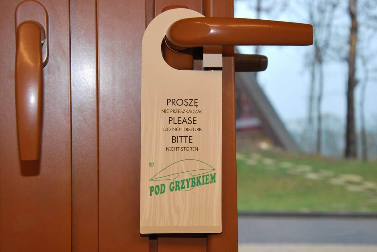 zawieszki na klamki dla hotelu z nadrukiem Pod Grzybkiem
