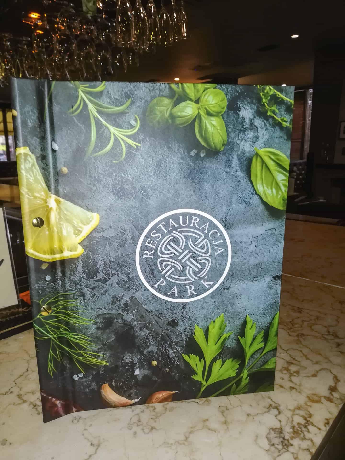 etui menu z nadrukowanym logo restauracji park