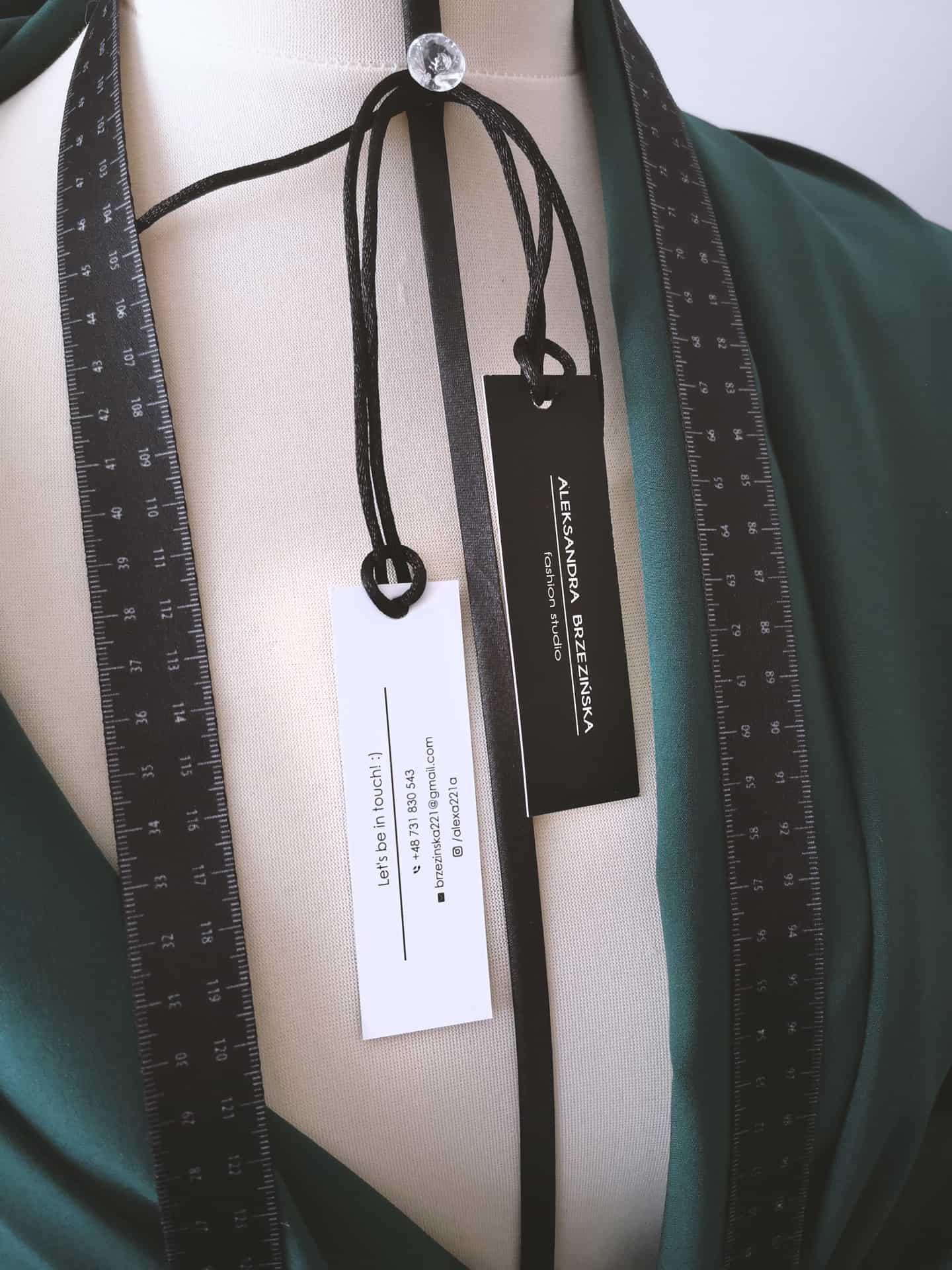 papierowe metki odzieżowe z logo Aleksandra Brzezińska