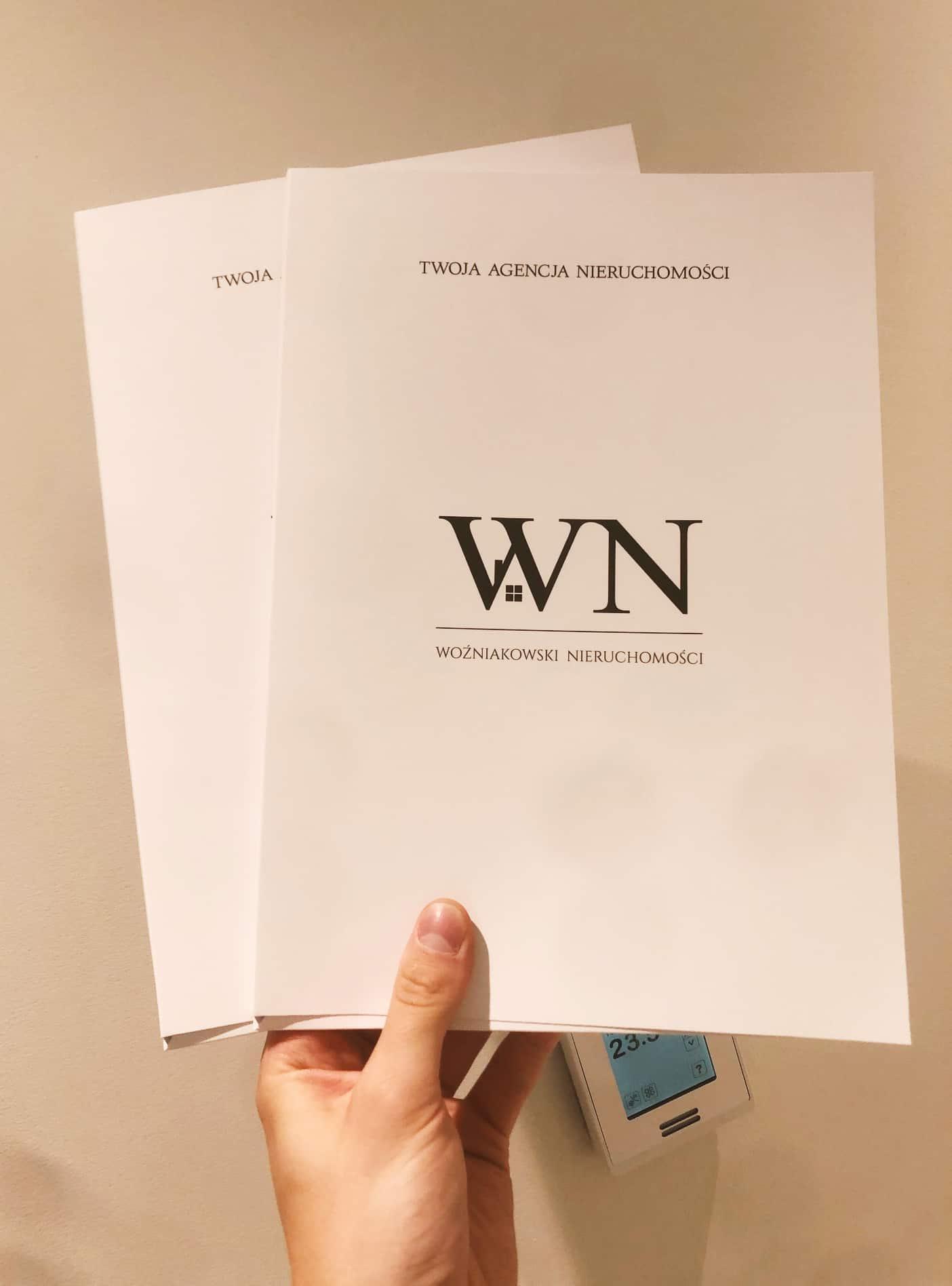 teczki ofertowe z logo Woźniakowski Nieruchomości