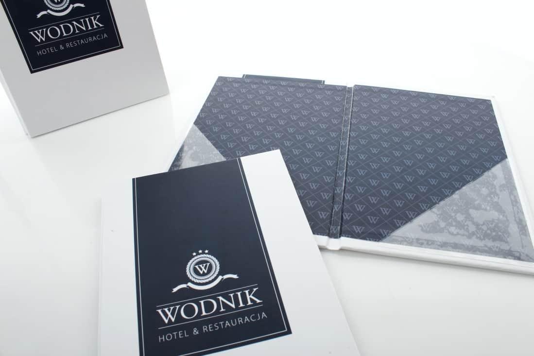 zdjęcie z realizacji na etui na rachunek z logo Wodnik
