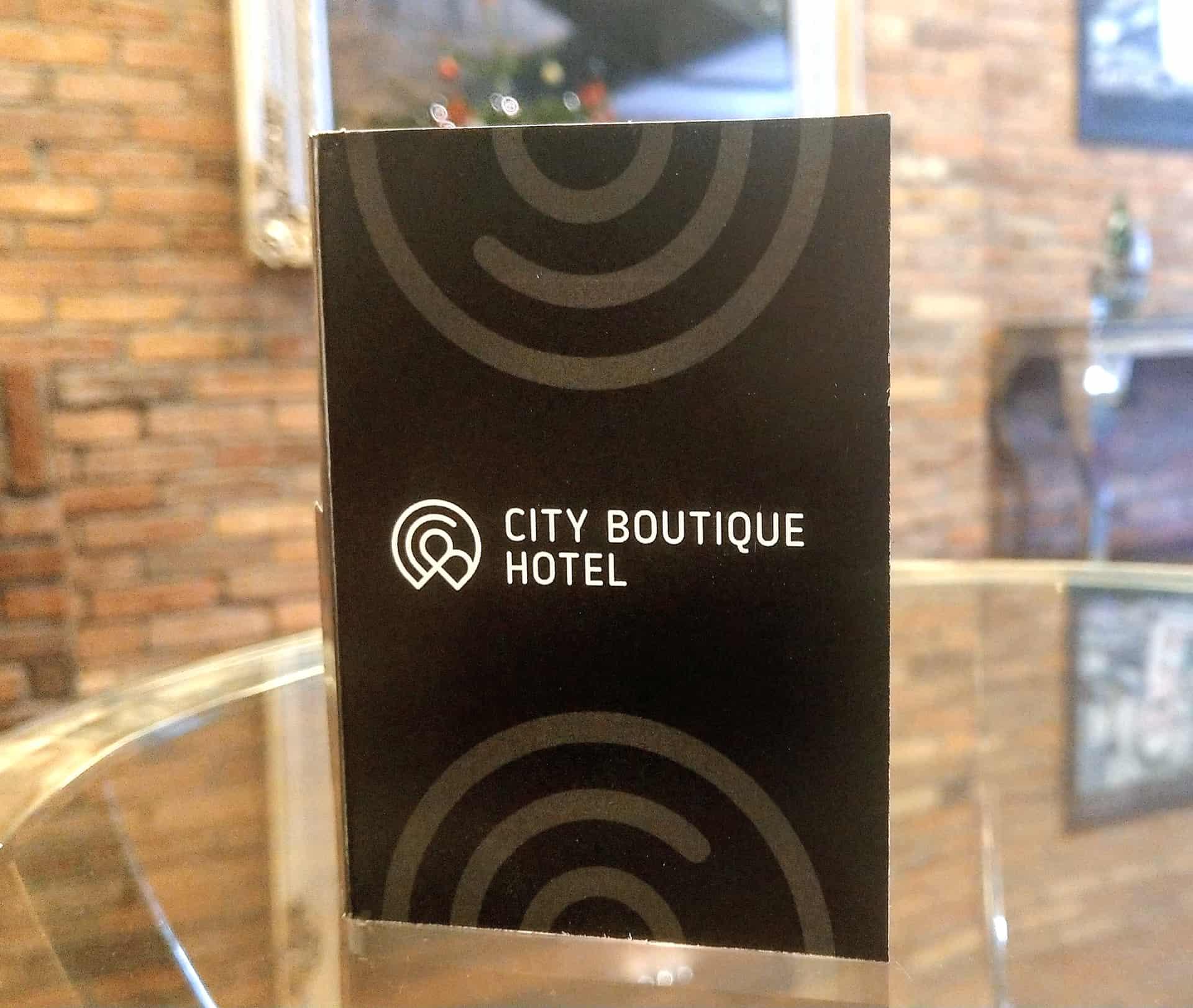 naklejki z nadrukowanym napisem City Boutique hotel