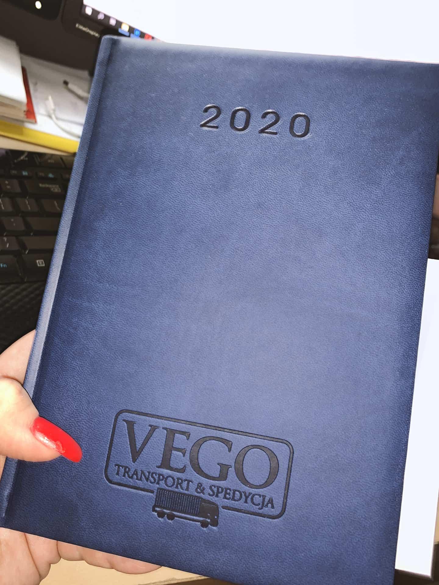 kalendarze reklamowe z tłoczonym logo VEGO