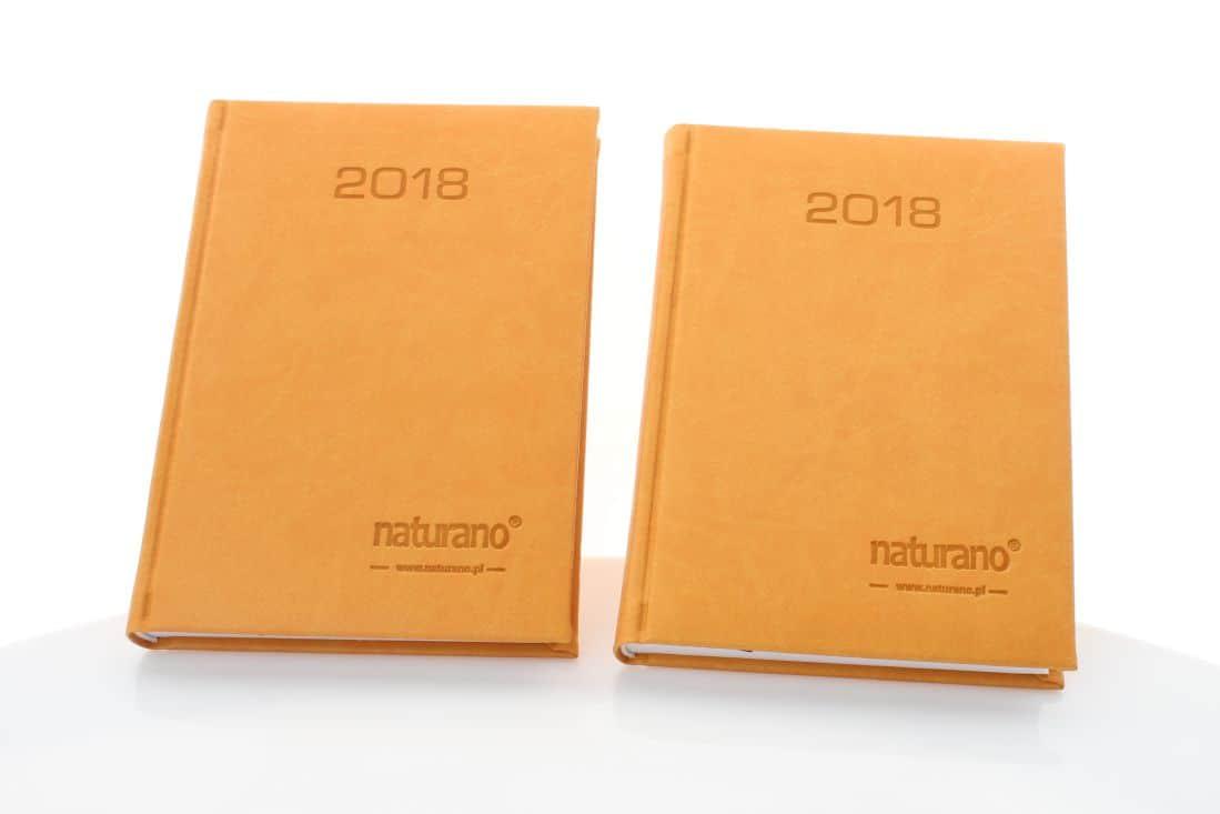 realizacja kalendarzy książkowych żółtych z logo naturano