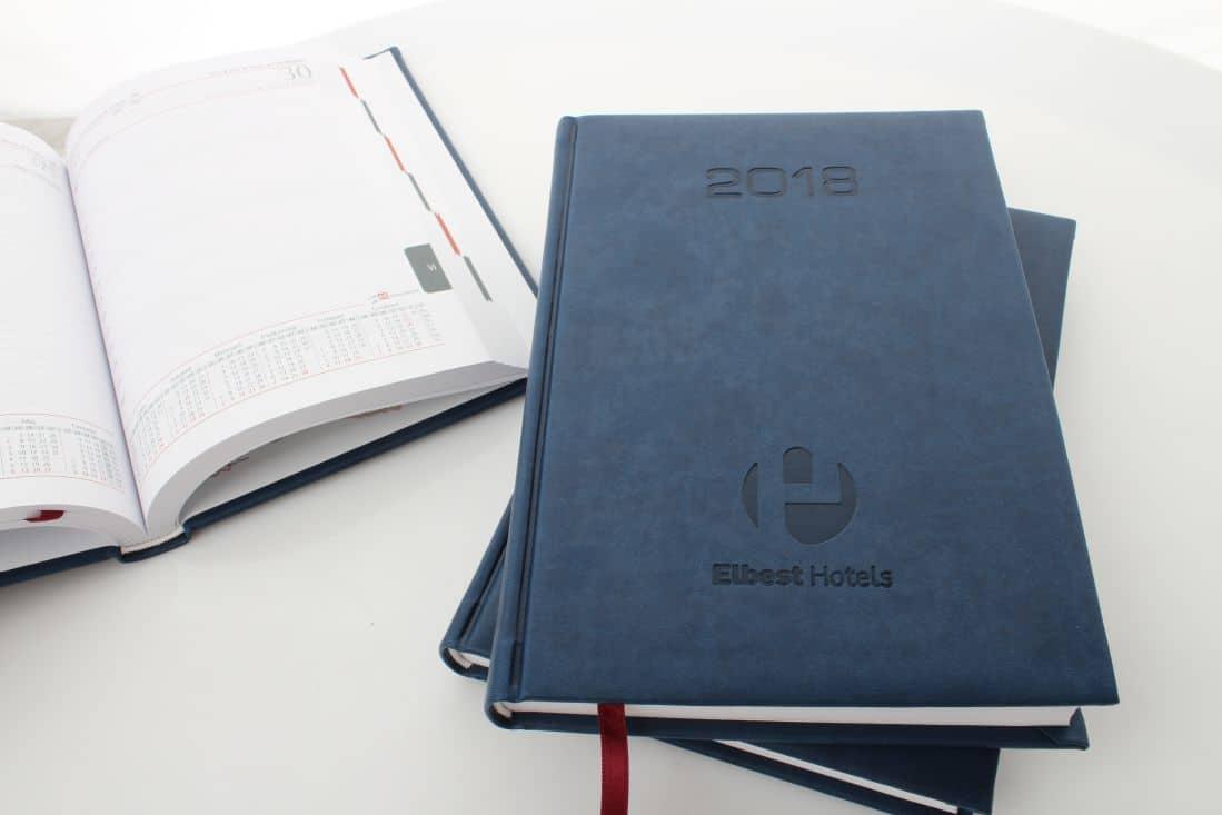 realizacja kalendarzy tłoczonych z logo Elbest Hotels