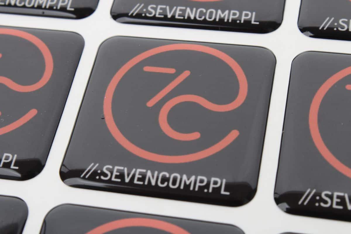 zdjęcie naklejek reklamowych 3d z logo Sevencomp.pl