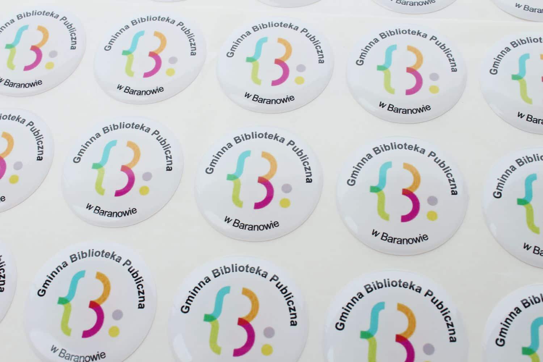 realizacja naklejek wypukłych dla Biblioteki w Baranowie
