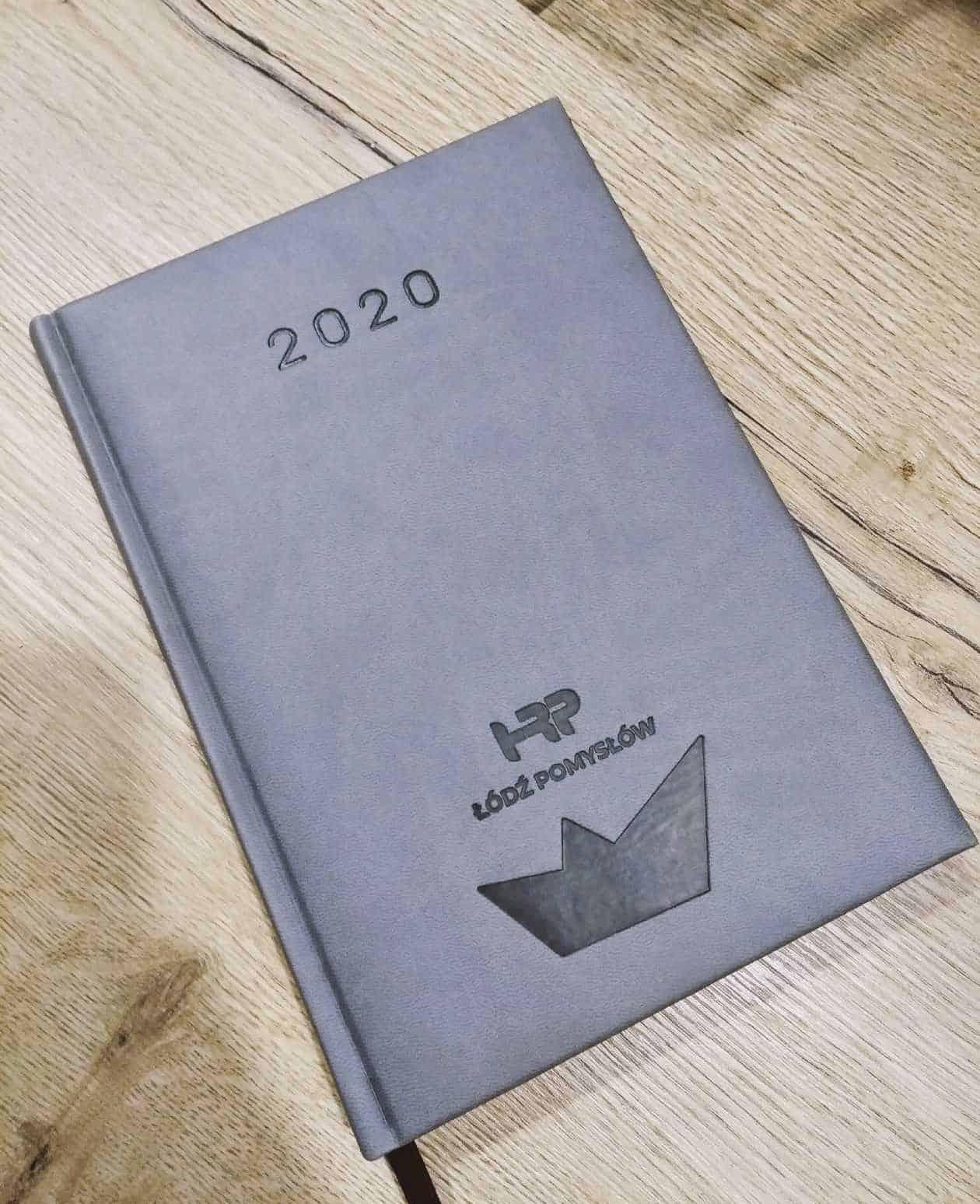 kalendarze książkowe 2020 z tłoczonym logo HRP Łódź Pomysłów