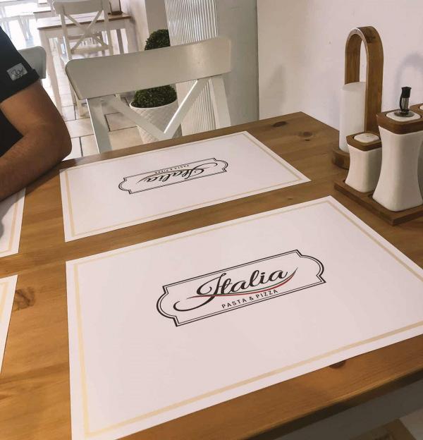 podkładki pod talerze na stół z nadrukowanym logo restauracji Italia