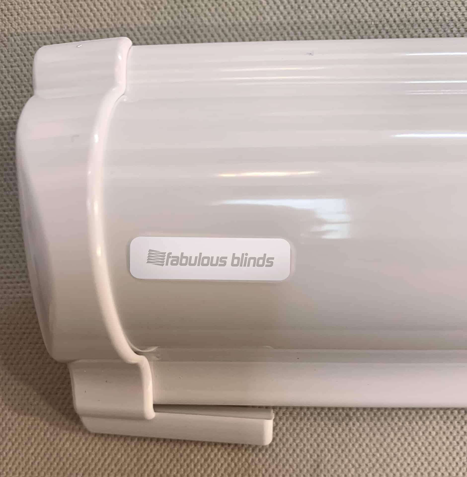naklejka z logo fabulous blinds przyklejona na rolete