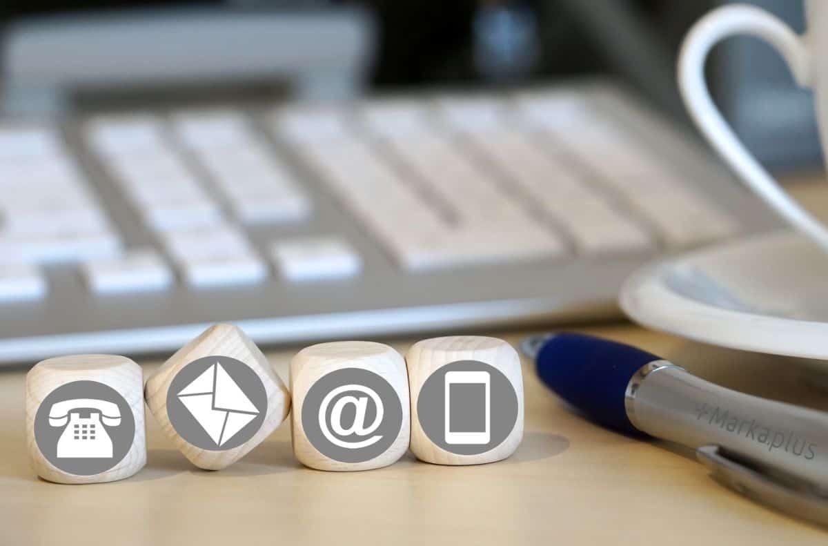 grafika z kostkami z ikonkami obsługi klienta