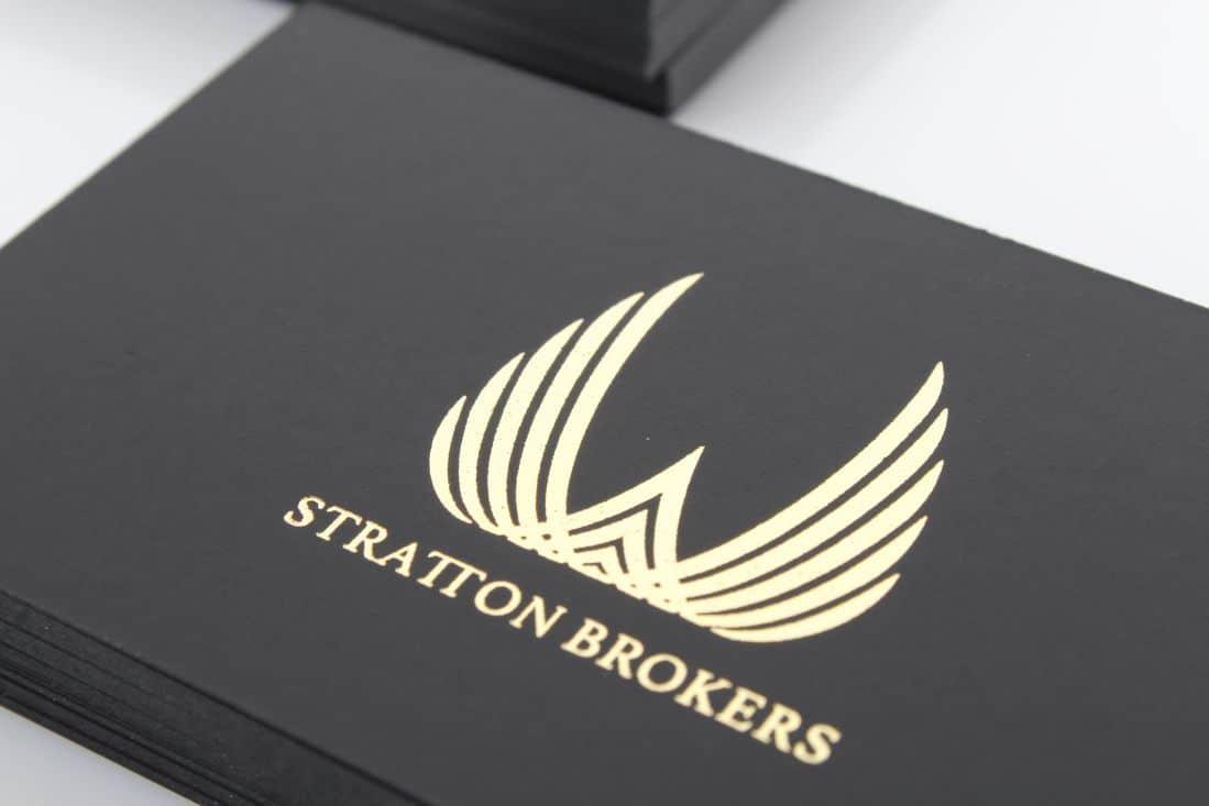 realizacja na czarne wizytówki z złotym hotstampingiem dla Stratton Brokers