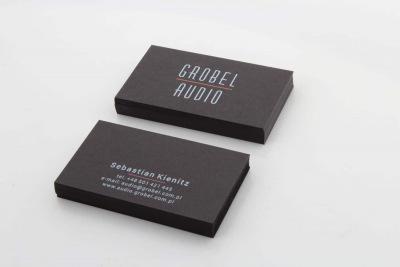 czarne wizytówki barwione z białym nadrukiem dla Grobel Audio